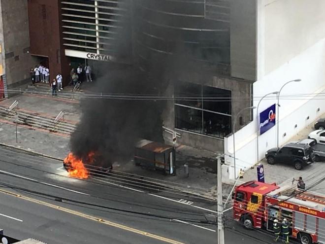 Táxi pegou fogo bem na entrada do Shopping Crystal. | Mariana Balan/Gazeta do Povo