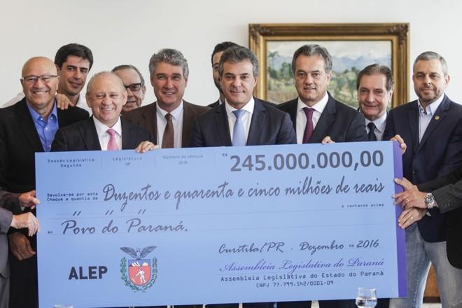Em 2016, teve foto com o cheque gigante. Em 2017, a Assembleia decidiu não fazer a solenidade de entrega. | Pedro Ribas/ANPr