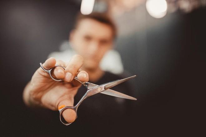 No Rio de Janeiro, a rede de barbearia Club Men Salon oferece uma gama variada de serviços e tratamenros de beleza como, por exemplo, manicure, pedicure, pigmentação de barba, esfoliação facial, depilação e limpeza de pele. |