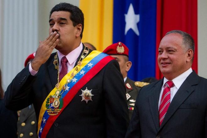 Diosdado Cabello (à direita), ao lado de Nicolás Maduro: o dirigente chavista anunciou a prisão do brasileiro na TV   MIGUEL GUTIÉRREZ/EFE