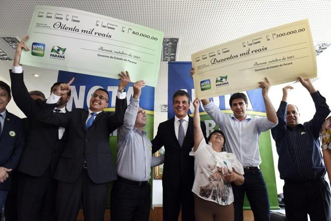 O governador Beto Richa  entrega prêmios aos sorteados do Nota Paraná.   Ricardo Almeida/ANPr/ Arquivo