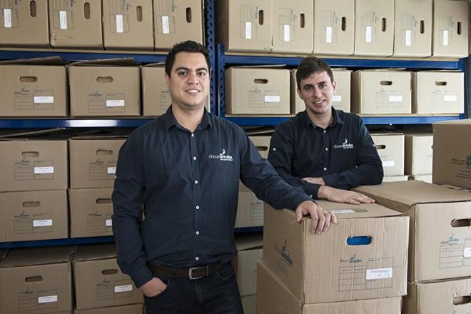 Formados em  Gestão da Informação, Rodrigo Setti e Guilherme Karam criaram a Documentalizem 2015 e, em menos de dois anos, já abriram duas novas  sedes fora de Curitiba, uma em Londrina e em Florianópolis. | Leticia Akemi /Gazeta do Povo