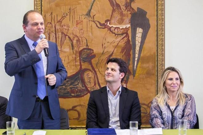 Barros com o vice-prefeito Eduardo Pimentel e a  vice-governadora, Cida Borghetti. | Valdecir Galor/Prefeitura de  Curitiba