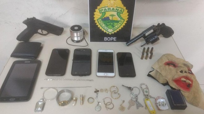 Armas e objetos apreendidos com os suspeitos | PM/Divulgação
