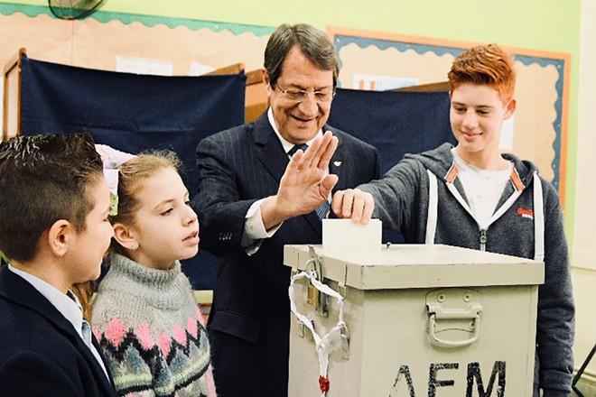 O atual presidente do Chipre Nicos Anastasiades depositando seu voto na urna, durante as eleições neste domingo (28) | AFP