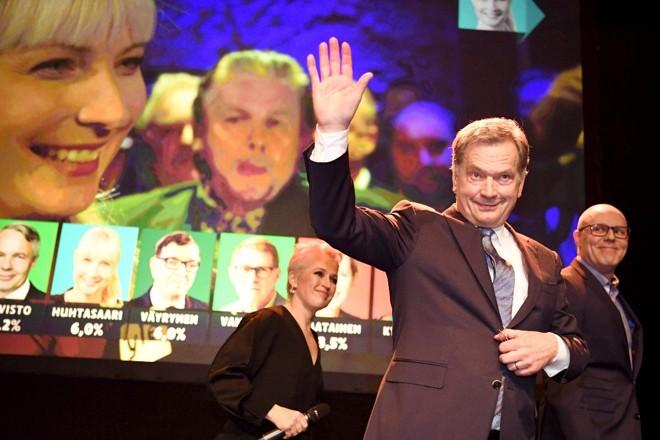 Niinistö precisava de maioria simples para evitar um segundo turno e conseguir se reeleger. Ele se classifica como independente e sem associação com o conservador Partido da Coalizão Nacional   JUSSI NUKARI/AFP