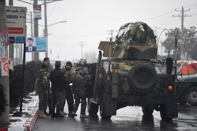 Forças de segurança afegã perto do local da base da Academia Militar Marshal Fahim, em Cabul   WAKIL KOHSAR/AFP