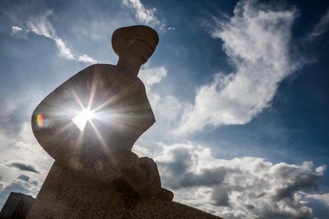 Estátua da Justiça na frente do STF: em momentos de crise, Supremo tem  cedido à pressão política. | Dorivan Marinho/STF
