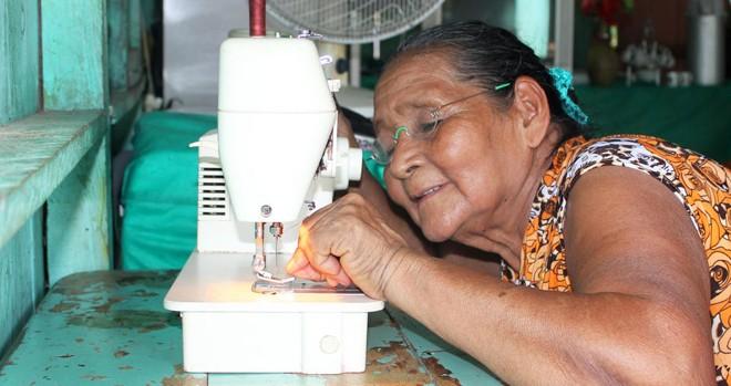 Aos 72 anos, a brasileira  Susana Maciel, moradora do Repartimento do Tuiué, Manacapuru (AM), voltou a costurar à noite depois de receber os óculos do OneDollarGlasses. | Martin Aufmuth/OneDollarGlasses