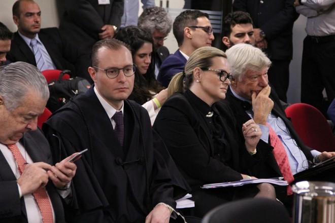 Cristiano Zanin Martins e Valeska Teixeira Martins (ao centro): advogados de Lula têm boas relações com o petista, mas aliados querem nomes de peso para a defesa do ex-presidente | Sylvio Sirangelo/TRF4