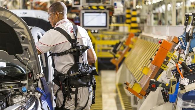 Fábrica da Ford, em Betim (MG): funcionários usam exoesqueletos acoplados ao corpo para reduzir desgaste e aumentar a produtividade | FCA/Divulgação