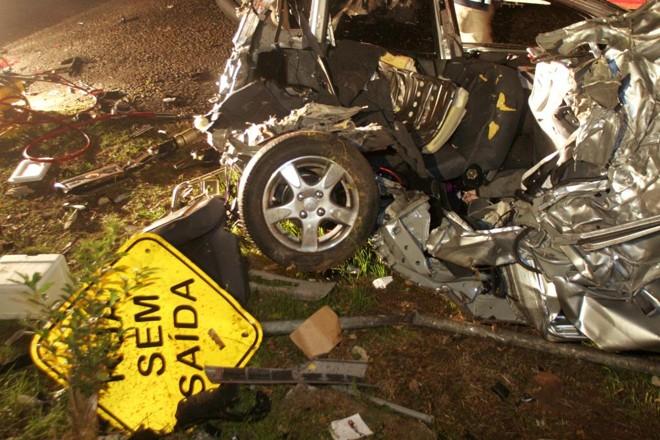 Ferragens do acidente entre o Passat do ex-deputado estadual Carli Filho e o Honda Fit de Gilmar Yared, em 2009. | Átila Alberti/ Tribuna do Paraná