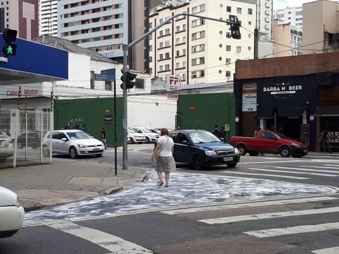 Calçada Verde da esquina da  Rua Carlos de Carvalho com a Alameda Cabral teve a tinta do asfalto retirada. | Angieli Maros/Gazeta do Povo