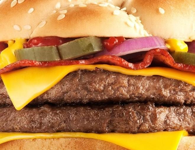Entrada do Angus no McDonald's ajudou a impulsionar o consumo da carne e a criação da raça no Brasil. | Divulgação/McDonald's