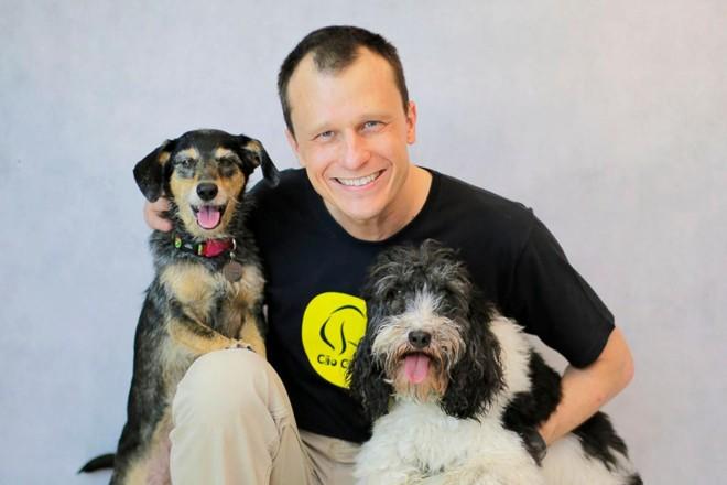 Alexandre Rossi, o Dr. Pet, com a cachorra Estopinha   Diego VeigaDivulgação/Cão Cidadão