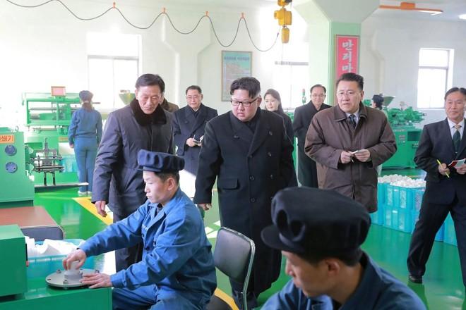 Kim Jong-Un visita uma fábrica de medicamentos em Pyongyang | -AFP