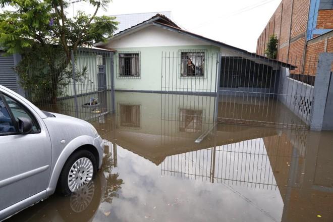 Enchente no bairro Boqueirão, em Curitiba | Aniele Nascimento/Gazeta do Povo/Arquivo