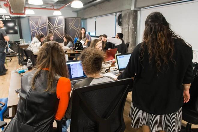 Alunas no Campus Lustig, um dos campus femininos da Faculdade Lev, que segue a linha judaica ultraortodoxa. | Reprodução / Facebook.