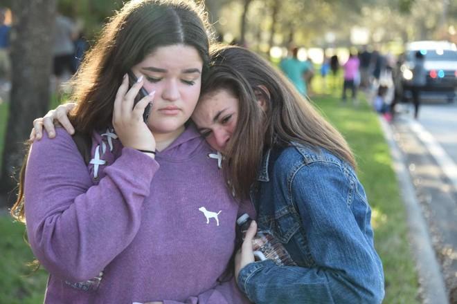 Alunas reagem após  massacre na escola secundária Marjory Stoneman Douglas em Parkland, Flórida, cidade a cerca de 80 km ao norte de Miami, em 14 de fevereiro de 2018.   MICHELE EVE SANDBERG/AFP