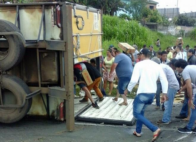 Moradores da região onde o caminhão tombou em Wenceslau Braz levou a carga de 27 toneladas de carne. | PRE/