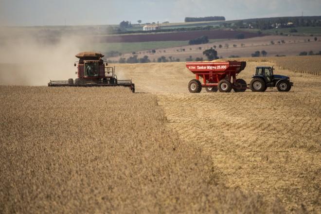 Corrida contra a chuva: 25% da soja em Goiás já foi colhida. | Marcelo Andrade/Gazeta do Povo