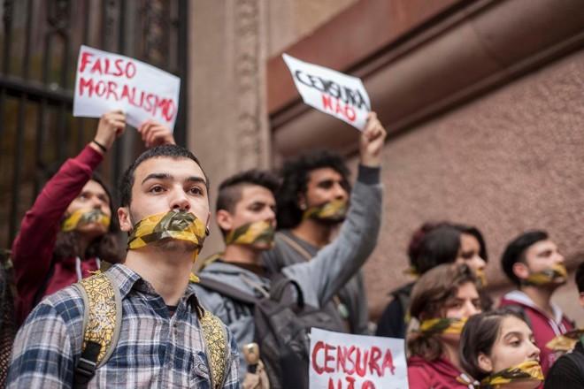 Manifestantes protestam contra o cancelamento da exposição Queermuseu - Cartografia da Diferença na Arte Brasileira, em frente ao Centro Cultural Santander, no centro de Porto Alegre (RS) | CAU GUEBO/ESTADÃO CONTEÚDO