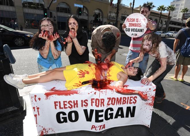 Protesto de ativistas contrários ao consumo de carne em Hollywood, Califórnia, em outubro de 2017 | Mark Ralston/AFP
