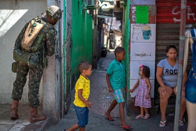 A escalada da violência, que deu ao Brasil o papel de protagonista na violência armada global, levou o governo federal a colocar as forças armadas nas ruas do Rio de Janeiro | MAURO PIMENTELAFP