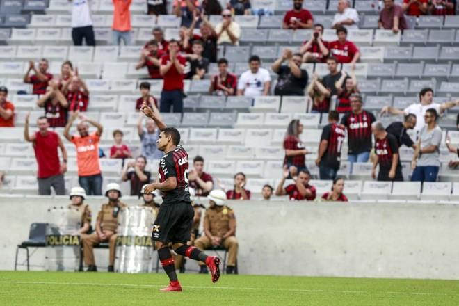 Ederson comemora gol contra o Rio Branco. | Marcelo Andrade/Gazeta do Povo