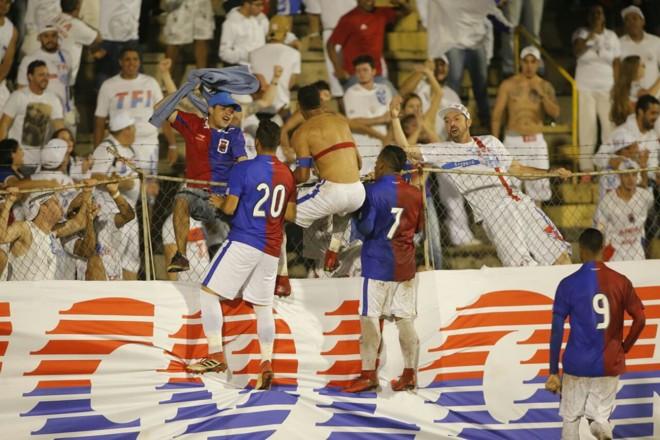 Lateral Mansur comemora com a torcida o gol da vitória do Paraná sobre o Cascavel na Vila Capanema. | Lineu Filho/Tribuna do Paraná