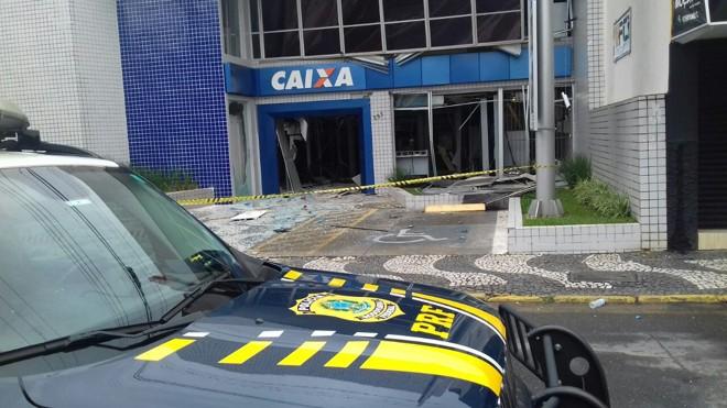 Agência da Caixa Econômica foi uma das três explodidas pelos ladrões no mega-assalto em Palmeira. | PRF /