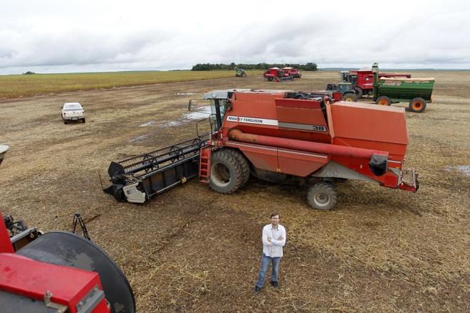 Joel Carlos Hendges, produtor da região de Balsas (MA), espera a chuva dar uma trégua para retomar a colheita da soja | Daniel Caron/Gazeta do Povo