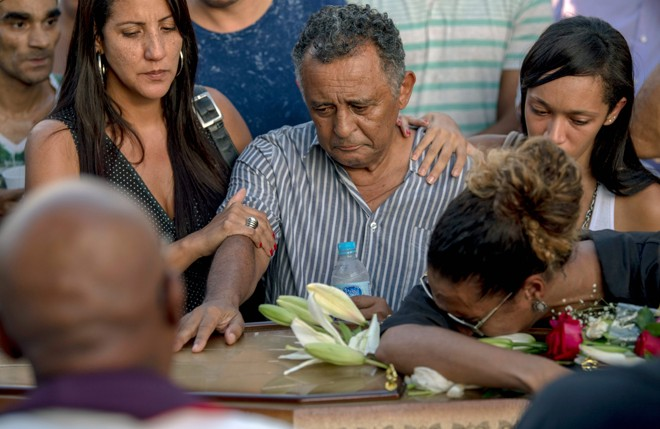 Corpo de Marielle Franco foi sepultado no Cemitério do Caju, no Rio. A cerimônia ocorreu sob gritos e aplausos de políticos, amigos e familiares. | Mauro Pimentel/AFP