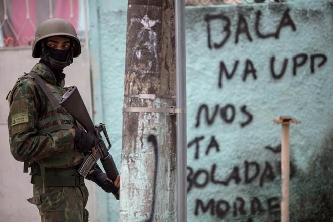 Militar em comunidade do Rio de Janeiro: intervenção abriu disputa pela agenda do combate ao crime.   Mauro Pimentel/AFP