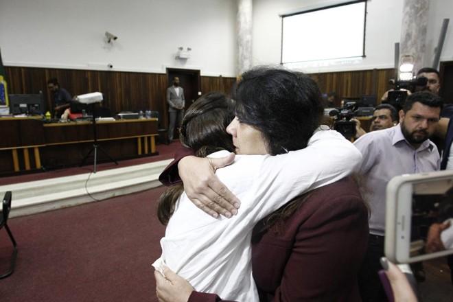 Amiga da família de Carli Filho abraçou Christiane Yared e pediu que a deputada perdoe o réu. | Alexandre Mazzo/Gazeta do Povo