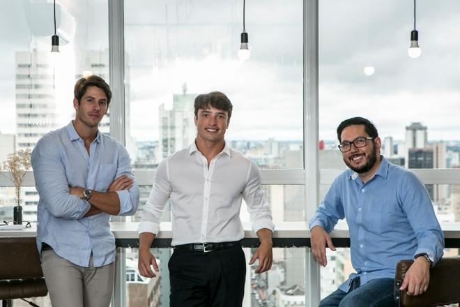 Na foto, os criadores da Confia Brasil (da esquerda para a direita): Luiz Felipe Bazzo , Pedro Wolff  e Gabriel Kaio. | Marcelo Andrade/Gazeta do Povo