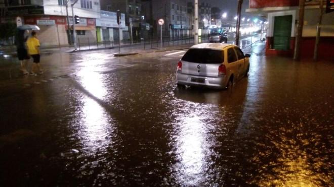 Esquina da Rua Almirante Gonçalves com Marechal Floriano, no Rebouças:quadra completamente alagada. | Marcos Xavier Vicente/Gazeta do Povo
