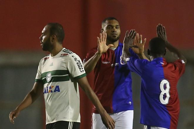 Thiago Santos comemora gol isolado do clássico. | Albari Rosa/Gazeta do Povo