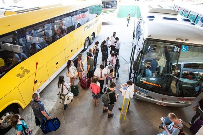 Movimentação na rodoferroviária de Curitiba.   Brunno Covello/Gazeta do Povo