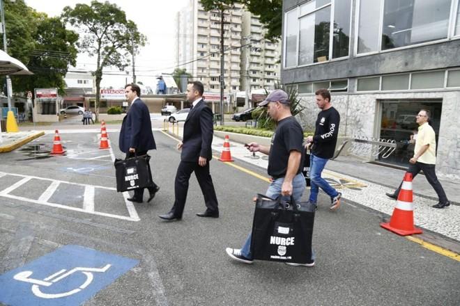 Policiais deixam a prefeitura após cumprir mandados da Operação Taxa Extra | Aniele Nascimento/Gazeta do Povo