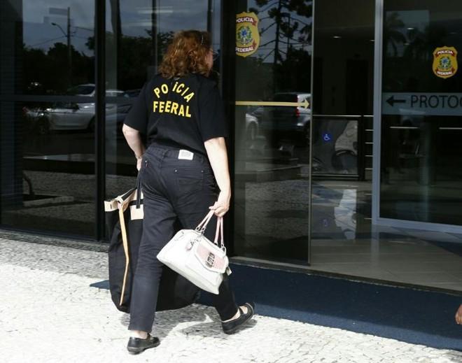 Policiais chegam com documentos na sede da PF em Curitiba | Aniele Nascimento/ Gazeta do Povo