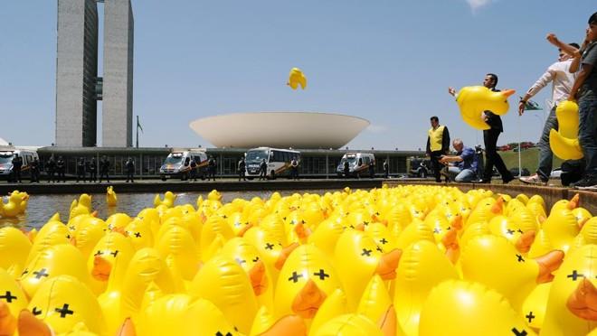 Patos infláveis levados pela Fiesp ao Congresso, em protesto contra aumento de impostos: entidade perdeu quase 15% da arrecadação com o fim do imposto sindical. | Lucio Bernardo Jr/Câmara dos Deputados