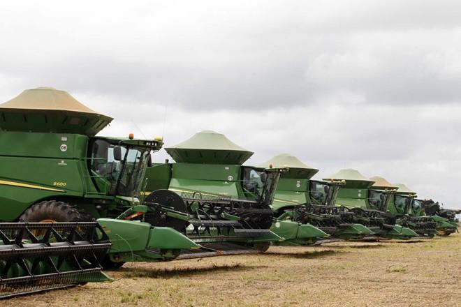 Na fazenda dos irmãos Fritzen, colheitadeiras aguardam o clima seco para começar os trabalhos na lavoura. | Daniel Caron/Gazeta do Povo