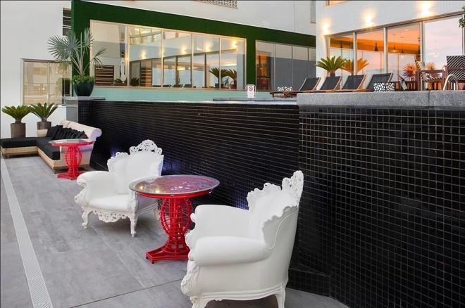 Olounge da piscina do Edifício Don Alfonso | Reprodução/Incorporadora Cechinel