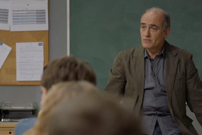 Os capítulos seguem a trajetória de um professor de filosofia  chamado Merlí Bergeron, interpretado porFrancesc Orella | Reprodução/Netflix