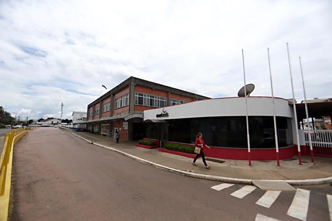 Parque industrial de Carambeí estava dividido entre BRF (com a marca OneFoods), Lactalis e JBS. Antes, toda a quadra pertencia à Cooperativa Central, considerada uma 'mãe' para os funcionários.   Albari Rosa/Gazeta do Povo