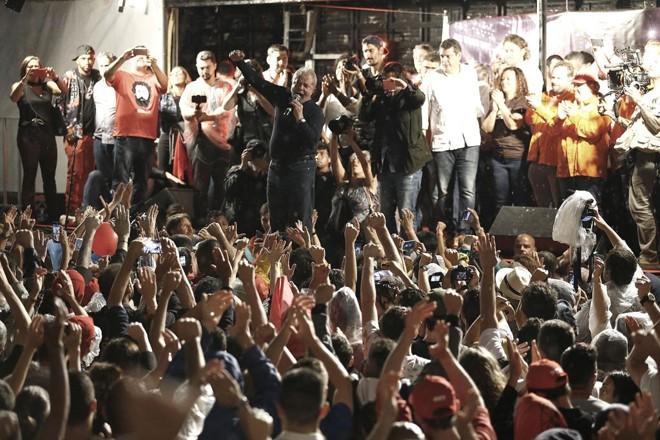 Lula discursou na Praça Santos Andrade, em 28 de março, ao encerrar sua caravana pelo Sul e poucos dias antes de ser preso. A praça será palco do primeiro ato unificado das centrais sindicais em um 1.º de maio | Jonathan Campos/Gazeta do Povo