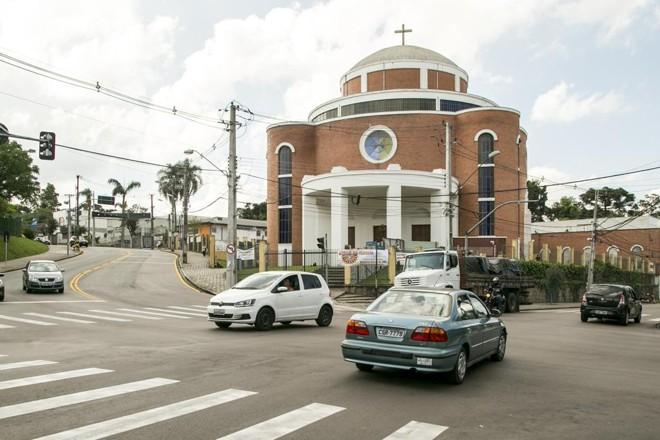 Bombeiros tiveram que arrebentar cadeado da igreja Divino Espírito Santo para as mulheres saírem. | Marcelo Andrade/Gazeta do Povo