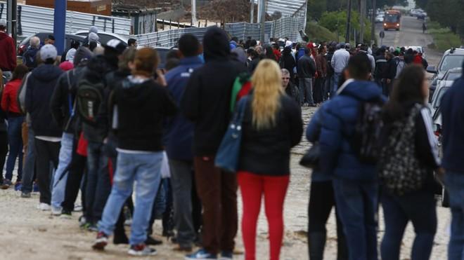 Trabalhadores em fila por emprego: desoneração da folha de pagamentos custou R$ 53 bilhões aos cofres públicos em quatro anos, mas não evitou o corte de 2,5 milhões de vagas formais . | Henry Milleo/Gazeta