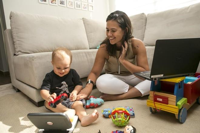 Julia De Mari, de 34 anos, retornou no início deste ano para suas funções em jornada integral na Volvo, depois de  se beneficiar da licença-maternidade estendida. | Marcelo Andrade/Gazeta do Povo